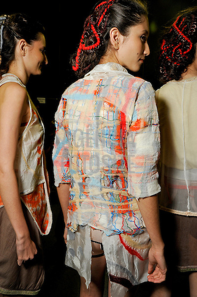 São Paulo, Brasil – 14/06/2010 - Backstage da grife Fernanda Yamamoto durante o São Paulo Fashion Week  -  Verao 2011. Foto : Gustavo Scatena / Ag. Fotosite