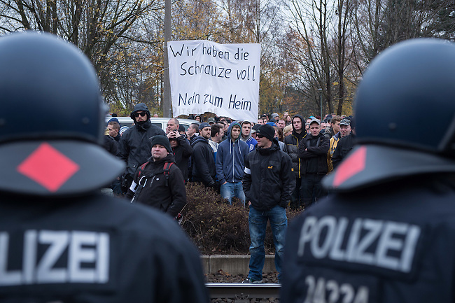 Ca. 550 Neonazis, Hooligans, NPD-Mitglieder und Mitglieder der Neonazipartei &quot;Die Rechte&quot;, sowie eine sog. Buergerinitiative &quot;Gegen Asylmissbrauch den Mund aufmachen&quot; protestierten am Samstag den 22. November 2014 gegen ein Fluechtlingsheim in Berlin Marzahn-Hellersdorf gegen eine geplante Unterkunft fuer Fluechtlinge.<br /> Dagegen protestieren bereits Stunden vor dem Aufmarsch ueber 3.500 Menschen an mehreren Punkten der Marschroute. Die Polizei lies sie zunaechst gewaehren.<br /> Bis zum Einbruch der Dunkelheit konnte der rechtsradikale Aufmarsch nur ca. 70 Meter Wegstrecke zurueck legen und wurde dann von der Polizei in einer chaotischen Aktion zum S-Bahnhof gebracht. Gegendemonstranten gelang es nach unverstaendlichen Polizeimanoevern bis auf wenige Meter an die Rechtsradikalen zu gelangen und es kam zu Auseinandersetzungen bei denen beide Seiten sich mit Flaschen, Steinen und Feuerwerkskoerpern beworfen.<br /> 22.11.2014, Berlin<br /> Copyright: Christian-Ditsch.de<br /> [Inhaltsveraendernde Manipulation des Fotos nur nach ausdruecklicher Genehmigung des Fotografen. Vereinbarungen ueber Abtretung von Persoenlichkeitsrechten/Model Release der abgebildeten Person/Personen liegen nicht vor. NO MODEL RELEASE! Nur fuer Redaktionelle Zwecke. Don't publish without copyright Christian-Ditsch.de, Veroeffentlichung nur mit Fotografennennung, sowie gegen Honorar, MwSt. und Beleg. Konto: I N G - D i B a, IBAN DE58500105175400192269, BIC INGDDEFFXXX, Kontakt: post@christian-ditsch.de<br /> Bei der Bearbeitung der Dateiinformationen darf die Urheberkennzeichnung in den EXIF- und  IPTC-Daten nicht entfernt werden, diese sind in digitalen Medien nach &sect;95c UrhG rechtlich geschuetzt. Der Urhebervermerk wird gemaess &sect;13 UrhG verlangt.]