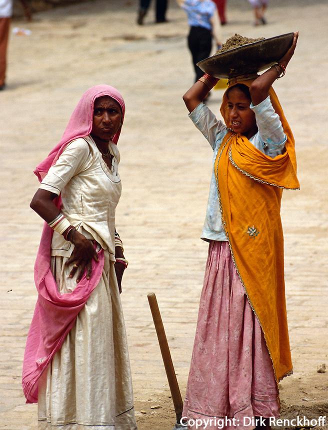 Straßenarbeieterinnen in  Jaisalmer (Rajasthan), Indien