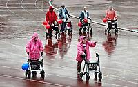 Nederland - Amsterdam -  September 2018.      De Nationale Rollatorloop in het Olympisch Stadion vond dit jaar plaats in de stromende regen. De Rollatorloop is speciaal in het leven geroepen om elkaar op te peppen om in beweging te blijven.    Foto mag niet in negatieve context worden gepubliceerd.   Foto Berlinda van Dam / Hollandse Hoogte