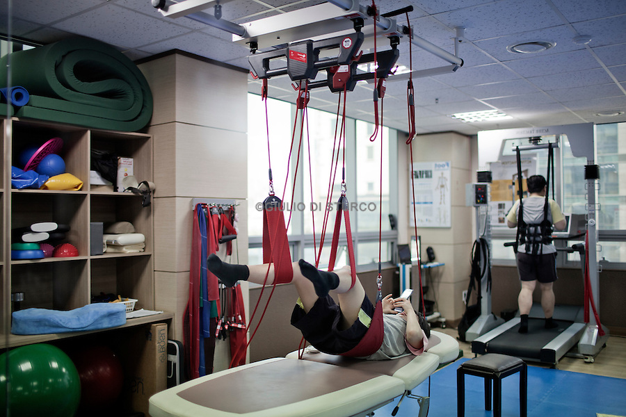 "Special exercises for posture and ""stretch"" in a clinic-type growth in eastern Seoul, April 2011.Driven by the belief, increasingly popular, that the height is essential to success, South Korean parents try all kinds of remedies to increase the stature of their children, making use of hundreds of clinics that offer growth hormones, medical traditional treatments, such as acupuncture, and treatments and special exercises."