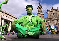 BOGOTA -COLOMBIA- 28 -09-2013. Cientos de personas se hicieron presentes en la Plaza de Bolivar durante la jornada de  El Planeta Medita 2013 por la paz de Colombia.Mas de 300 ciudades meditando simultaneamenete por la paz. / Hundreds of people showed up at the Plaza de Bolivar during the day Planet 2013 Meditate for peace in Colombia. At least three hundred s of cities simultaneously meditating for peace.. .Photo: VizzorImage / Felipe Caicedo / Staff