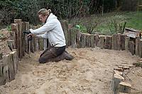 Anlage eines Sandariums im Garten, Schritt 6: in die Eichenspaltpfähle, Eichenspaltpfahl, Holz, Hölzer werden Löcher mit verschiedenen Durchmesser gebohrt, Wildbienen-Nisthilfe aus Holz, Längsholz, Hartholz. Sandarium, Sand, Sandfläche, Sandhaufen im Garten, Naturgarten, Nisthilfe für Wildbienen und solitäre Wespen, Lebensraum für Eidechsen, Eidechse. Soll verschiedenen Insekten als Unterschlupf, Nistplatz, und Nahrungsquelle dienen. Mehr als die Hälfte der Wildbienenarten, welche Nester bauen, nisten im Erdboden. Wildbienen-Nisthilfen, Wildbienen-Nisthilfe selbermachen, selber machen, Wildbienenhotel, Insektenhotel, Wildbienen-Hotel, Insekten-Hotel