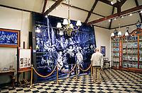 Delft- De Porceleyne Fles. Fabriek waar Delfts Blauw aardewerk wordt vervaardigd. Tevens een museum. Royal Delft. Museum met tegeltableau  De  Nachtwacht