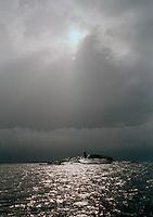 Mörka moln och oväder vid Präskobbens fyr vid Lilla-Nassa i Stockholms skärgård. / archipelago Sweden