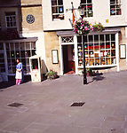 A293Y7 Sally Lunn's house cafe with young woman in period costume by sedan chair Bath Somerset England