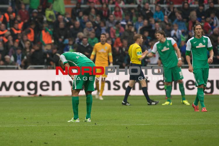 16.05.2015, Weser Stadion, Bremen, GER, 1.FBL. Werder Bremen vs Borussia Moenchengladbach, im Bild<br /> <br /> entt&auml;uscht / enttaeuscht / traurig /<br /> Franco Di Santo (Bremen #9)<br /> Sebastian Pr&ouml;dl / Proedl (Bremen #15)<br /> Jannik Vestergaard  (Bremen #7)<br /> <br /> Foto &copy; nordphoto / Kokenge