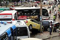 BOG1. BARRANQUILLA (COLOMBIA), 14/05/2011.- Fotografía cedida por el diario El Heraldo hoy, sábado 14 de mayo de 2011, en la que se observa parte de los destrozos ocasionados por un arroyo generado tras las fuertes lluvias en Barranquilla (Colombia). La fuerza del agua arrasó con 60 autos mientras que más de una cincuentena de locales comerciales fueron afectados y registran perdidas millonarias. EFE/Cortesía El Heraldo/SOLO USO EDITORIAL/NO VENTAS.