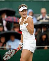 29-6-07,England, Wimbldon, Tennis, Michaella Krajicek bald haar vuist ze heeft zojuist gebroken en vervolgens haar eigen game gemaakt 6-5 als het begint te regenen
