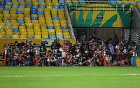 RIO DE JANEIRO, 29.06.2013 - COPA DAS CONFEDERAÇÕES - TREINO / Espanha -   Cinegrafistas e fotógrafos disputam espaço para registrar o treino da seleção espanhola no Estádio do Maracanã, na zona norte do Rio de Janeiro, neste sábado. Brasil e Espanha decidem o título da Copa das Confederações 2013, amanhã (30), no Maracanã.(Foto: William Volcov / Brazil Photo Press).