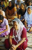 INDIEN Andamanen und Nikobaren Insels, Little Andaman, Dorf Harminder Bay der Nikobaresen wurde auch durch Tsunami zerstoert , Indigene die von der Nikobaren Insel Car Nicobar 1972 auf Little Andaman angesiedelt wurden , Frauen im Gottesdienst in protestantischer Kirche / INDIA Andaman and Nicobar Islands, Little Andaman, Nicobarese tribe from Car Nicobar or Katchall , nicobarese women during mass in protestant church