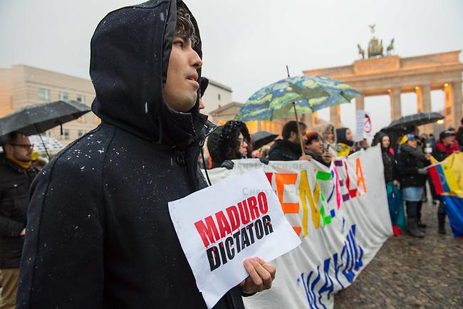 Ca. 150 Menschen protestierten am Samstag den 2. Februar 2019 in Berlin vor dem Brandeburger Tor gegen den venezolanischen Staatspraesidenten Nicolas Maduro Moros und forderten den selbsternannten Interimspraesidenten Juan Guaido als anzuerkennen. Sie bezeichneten den sozialistischen Praesidenten Madoru auf Transparenten und Plakaten als Schlaechter, Kriminellen und Diktator.<br /> 2.2.2019, Berlin<br /> Copyright: Christian-Ditsch.de<br /> [Inhaltsveraendernde Manipulation des Fotos nur nach ausdruecklicher Genehmigung des Fotografen. Vereinbarungen ueber Abtretung von Persoenlichkeitsrechten/Model Release der abgebildeten Person/Personen liegen nicht vor. NO MODEL RELEASE! Nur fuer Redaktionelle Zwecke. Don't publish without copyright Christian-Ditsch.de, Veroeffentlichung nur mit Fotografennennung, sowie gegen Honorar, MwSt. und Beleg. Konto: I N G - D i B a, IBAN DE58500105175400192269, BIC INGDDEFFXXX, Kontakt: post@christian-ditsch.de<br /> Bei der Bearbeitung der Dateiinformationen darf die Urheberkennzeichnung in den EXIF- und  IPTC-Daten nicht entfernt werden, diese sind in digitalen Medien nach §95c UrhG rechtlich geschuetzt. Der Urhebervermerk wird gemaess §13 UrhG verlangt.]