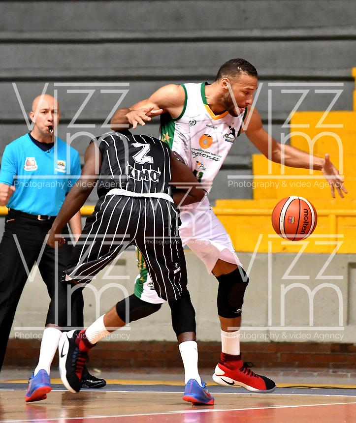 BOGOTA – COLOMBIA - 21 – 05 - 2017: Neider Lozano (Izq.) jugador de Piratas de Bogota, disputa el balón con Jhon Hernandez (Der.) jugador de Cimarrones de Choco, durante partido entre Piratas de Bogota y Cimarrones de Choco por la fecha 2 de Liga  Profesional de Baloncesto Colombiano 2017 en partido jugado en el Coliseo El Salitre de la ciudad de Bogota. / Neider Lozano (L) player of Piratas of Bogota, fights for the ball with Jhon Hernandez (R) player of Cimarrones of Choco, during a match between Piratas of Bogota and Cimarrones of Choco, of the  date 2 for La Liga  Profesional de Baloncesto Colombiano 2017, game at the El Salitre Coliseum in Bogota City. Photo: VizzorImage / Luis Ramirez / Staff.