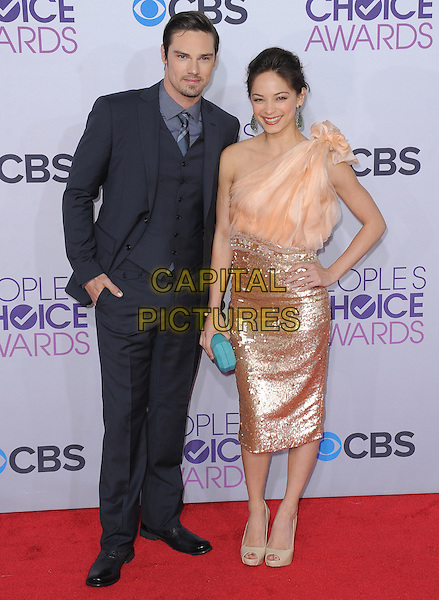 Jay Ryan and Kristin Kreuk.The 2013 People's Choice Awards held at Nokia Live in Los Angeles, California 9th January 2013                                                                   .full length skirt top sequins sequined green clutch bag teal hand on hip pink peach one shoulder green turquoise blue suit waistcoat .CAP/DVS.©DVS/Capital Pictures.