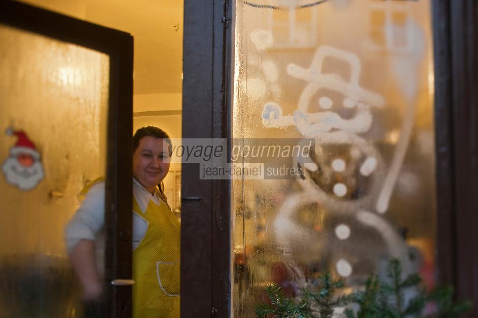 Europe/Voïvodie de Petite-Pologne/Cracovie:   Bar à lait : U Stasi  dans la rue Mikolajska, décoration de la devanture à Noël