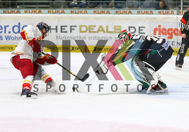 Manuel Strodel (D&uuml;sseldorfer EG) scheitert mit einem Penalty an Jeff Deslauriers  (Torwart Augsburger Panther #38), <br /> <br /> Augsburger Panther vs. D&uuml;sseldorfer EG, 23. Spieltag, 04.12.2015,<br /> <br /> Foto &copy; PIX-Sportfotos *** Foto ist honorarpflichtig! *** Auf Anfrage in hoeherer Qualitaet/Aufloesung. Belegexemplar erbeten. Veroeffentlichung ausschliesslich fuer journalistisch-publizistische Zwecke. For editorial use only.