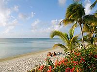 MUS, Mauritius, Trou aux Biches: Paar am Strand | MUS, Mauritius, Trou aux Biches: couple, beach