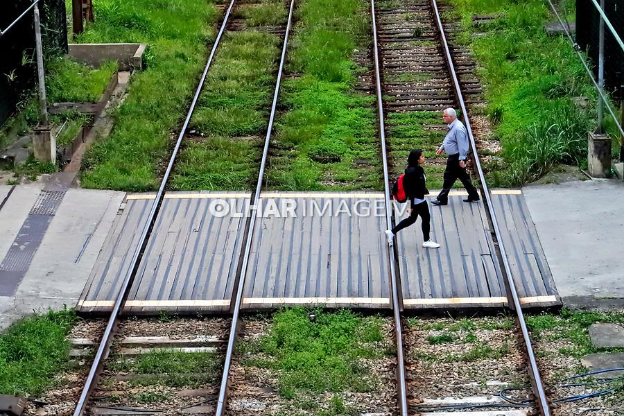 Travessia de pedestres em linha ferroviaria, jovem e idoso, Ribeirao Pires, Sao Paulo. 2020. Foto Juca Martins
