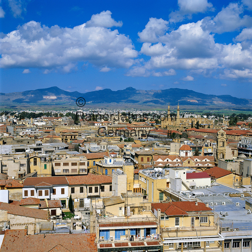 ZYPERN, Hauptstadt Nikosia: die einzige noch geteilte Hauptstadt dieser Welt, Blick ueber den tuerkischen Teil der Stadt | CYPRUS, capital Nicosia: View over Turkish Half of City
