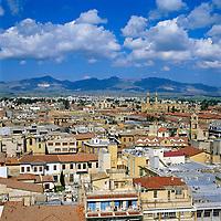 ZYPERN, Hauptstadt Nikosia: die einzige noch geteilte Hauptstadt dieser Welt, Blick ueber den tuerkischen Teil der Stadt | CYPRUS, capital Nicosia: View over Turkish Half of City