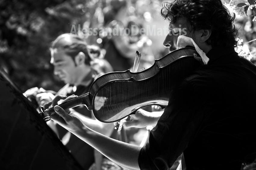 Lecce - Cortili aperti 2011 - Violinista nel Palazzo Apostolico Orsini.