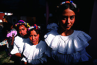 Mujeres descendientes de indios mayas en Quiche, region cercana a la frontera con Mexico.+mujer, indio, indigena *Maya indian woman in Quiche, near the border with Mexico.+indigenous, women