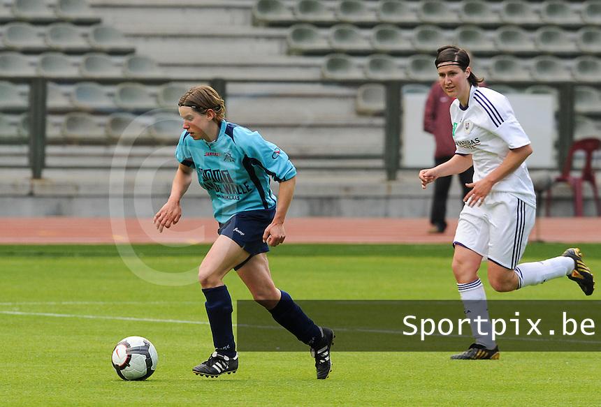15 Mei 2010 Bekerfinale vrouwen : Sinaai Girls - RSC Anderlecht  : Angelique De Wulf aan de bal voor Elien De Jaeger.foto DAVID CATRY / Vrouwenteam.be