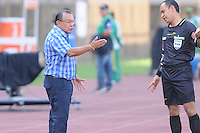 ITAGUÍ -COLOMBIA, 21-08-2013. Jorge Luis Bernal técnico de Itaguí discute con el árbitro Omar Ponce durante encuentro entre Itagüí  de Colombia y River Plate de Uruguay  válido por la segunda fase de la Copa Total Sudamericana jugado en el estadio Metropolitano Ciudad de Itagüí./ Jorge Luis Bernal Itagui coach discuss with Omar Ponce, referee, during match between Itagüi of Colombia and River Plate of Uruguay valid for the second phase of Copa Total Sudamericana played at Metropolitano Ciudad de Itagüi. Photo: VizzorImage/Luis Rios/STR