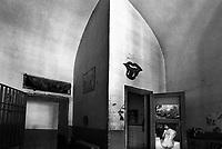 manifesti erotici in una cella dell'ex carcere san donnino di Como