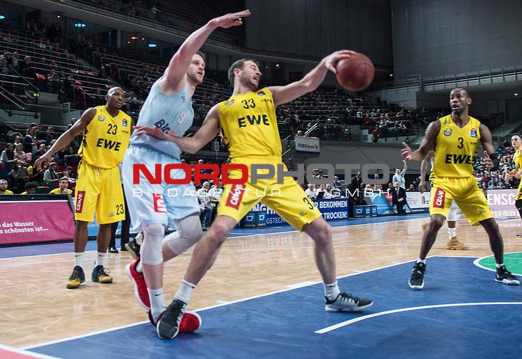 10.02.2019, &Ouml;VB Arena, Bremen, GER, easy Credit-BBL, Eisb&auml;ren Bremerhaven vs EWE Baskets Oldenburg, im Bild<br /> der Fight um jeden Ball<br /> Fabian BLECK ( Eisb&auml;ren Bremerhaven #9 )<br /> Philipp SCHWETHELM(EWE Baskets Oldenburg #33 )<br /> Foto &copy; nordphoto / Rojahn