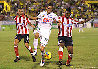 NEIVA -COLOMBIA-25-01-2014.  Jean Blanco ( Centro)  del Atletico Huila disputa el balon contra Andres Correa (Izq) y Luis Ramirez (Der) del Atletico Junior  durante partido por la fecha 1 de la Liga Postobón I 2014 jugado en el estadio Guillermo Plazas Alcid   de la ciudad de Neiva./   Jean Blanco (Center) Atletico Huila fight for the ball against  of Andres Correa (L) and Luis Ramirez (R) of Atletico Junior  during match '1 League Postobón 2014 I played in the stadium Guillermo Plazas Alcid city of Neiva. Photo: VizzorImage / Felipe Caicedo / Staff