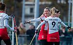 TILBURG  - hockey- Lotte van Dongen (MOP) (m)  scoort 1-1  tijdens de wedstrijd Were Di-MOP (1-1) in de promotieklasse hockey dames. rechts Floor Hoogers (MOP) , links Tess Olde Loohuis (MOP)  COPYRIGHT KOEN SUYK