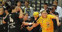Handball, Frauen, 1. Bundesliga. HC Leipzig gg Bayer Leverkusen. im Bild: Leipzigs Nathalie Augsburg ist von Marlene Zapf und Stefanie Egger (links) nicht zu halten.  Foto: Alexander Bley
