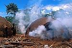 Queima de carv&atilde;o em carvoaria no munic&iacute;pio de Prado. 1998.<br /> Foto de Ricardo Azoury.