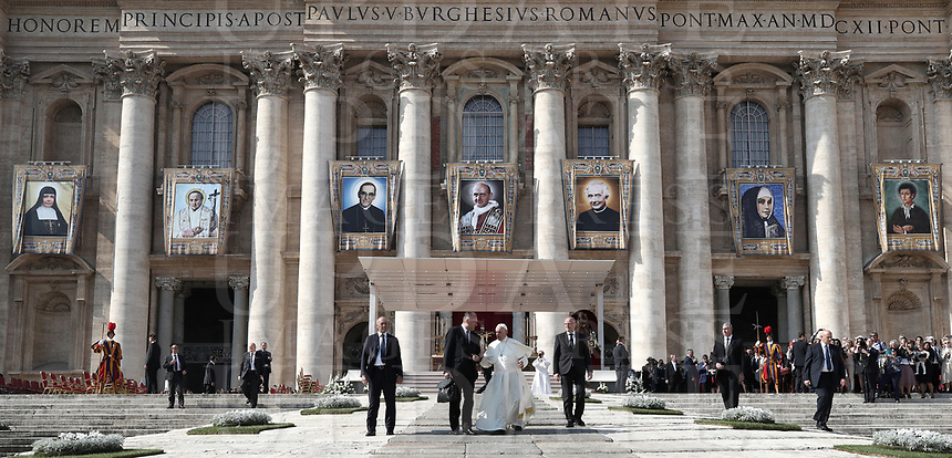 Pope Francis leaves after celebrating  the canonization mass of Nazaria Ignazia di Santa Teresa di Gesù March Mesa, Vincenzo Romano, Oscar Romero, Paolo Vi, Francesco Spinelli, Maria Caterina Kasper and Nunzio Sulprizio in St. Peter's Square at the Vatican, on October 14, 2018.<br /> UPDATE IMAGES PRESS/Isabella Bonotto<br /> <br /> STRICTLY ONLY FOR EDITORIAL USE