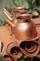 """Asie/Inde/Rajasthan/Udaipur: Restaurant """"Apani Dhani"""" - Détail cruches à eau"""