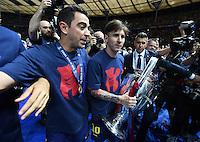 FUSSBALL  CHAMPIONS LEAGUE  FINALE  SAISON 2014/2015   Juventus Turin - FC Barcelona                 06.06.2015 Der FC Barcelona gewinnt die Champions League 2015: Xavi Hernandez (li) und Lionel Messi (re) jubeln mit dem Pokal