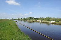 SPORTVISSEN: GERSLOOT: 17-05-2014, FK Wedstrijdvissen, Henk Hoeksma wint FK Wedstrijdvissen<br /> <br /> Bijna 110 sportvissers op een rij in heerlijk zonnig weer met een briesje in de rug. Sterk geconcentreerd met een 13 meter lange hengel, vissend vanaf hun indrukwekkend plateau op de nieuwe vissteigers aan de Hooivaart. Turend naar hun ranke dobber om elk moment de winnende vis aan de haak te kunnen slaan. Dit was het beeld tijdens de Friese Kampioenschappen wedstrijdvissen op zaterdag 17 mei langs de Hooivaart bij de Deelen. Na de 4 uur durende wedstrijd wist Henk Hoeksma uit Dokkum en vissend voor &lsquo;Hengelsportvereniging Leeuwarden&rsquo; bijna 4,5 kg vis te vangen en is daarmee Fries kampioen 2014 (zie foto). Henk is een vaste deelnemer aan de vele sportviswedstrijden in de provincie, maar dit is de eerste keer dat hij zich Fries kampioen mag noemen. <br /> Als 2e eindigde Menno Hoogsteen van HSV de Rietvoorn, Kootstertille met een gewicht van bijna 4 kg. Rein Pal van HSV Heerenveen lag beslag op de derde plaats met bijna 3 kg. In totaal wisten de 108 sportvissers ruim 85 kg tijdelijk uit het water te betrekken. <br /> <br /> Na afloop van de wedstrijd werden de prijswinnaars gehuldigd in caf&eacute; de Streek te Tjalleberd en ontving Henk Hoeksma het Kampioensbord. BRON: http://www.wedstrijdvissen.nl<br /> <br /> &copy;foto Martin de Jong