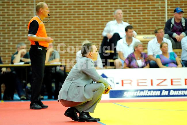 LEEUWARDEN - Basketbal, Eredivisie, sporthal Kalverdijkje,  Aris - ZZ Leiden, seizoen 2011-2012, 1-10-2011 Aris coach Erik Braal volgt het spel in laag standpunt. ANP PRO SHOTS