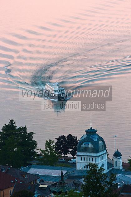 Europe/France/Rhône-Alpes/74/Haute Savoie/ Evian-les-Bains:  Le Palais Lumière,  Centre de Congrés  situé dans les anciens thermes de 1902 et bateau de navigation sur le Lac Léman au soleil couchant
