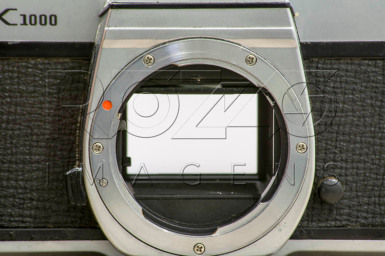 Obturador de uma câmera fotográfica analógica aberto, São Paulo - SP, 08/2016.