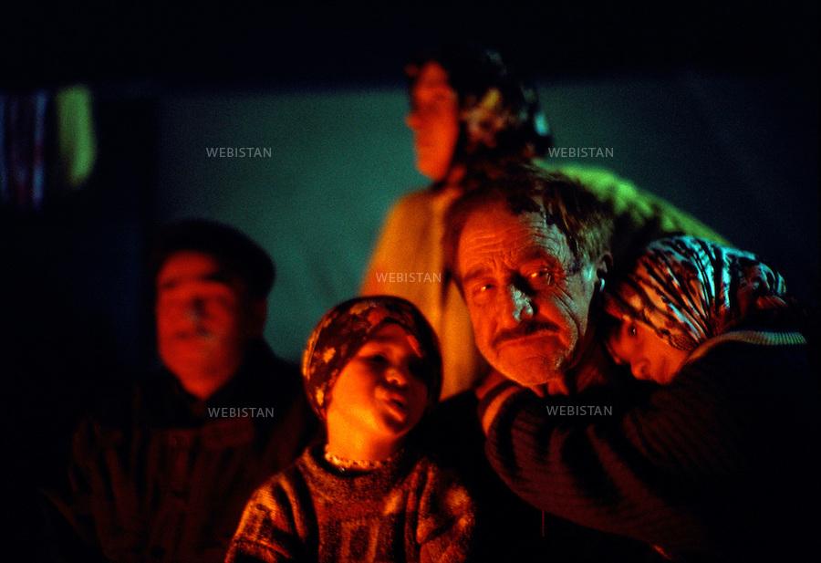1999..A bonfire warms homeless survivors of the earthquake of August 1999 in Düzce...Un feu réchauffe des survivants qui ont perdu leur maison lors du séisme d'août 1999 à Düzce.