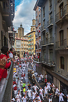 Espagne, Navarre, Pampelune: Fêtes de San Fermín, L'encierro  en fond l'église de San Cernin ou de San Saturnino (Saint Saturnin), //  Spain, Navarre, Pamplona:  Festival of San Fermín, The running of the bulls, encierro , in the background Church of San Cernín,