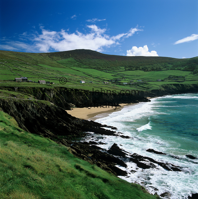Ireland, County Kerry, The Dingle Peninsula: Slea Head, view over rugged coastline and sandy beach | Irland, County Kerry, The Dingle Peninsula: Slea Head, Kueste mit Sandstrand