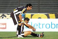 RIO DE JANEIRO, RJ, 04 DE MARCO 2012 - CAMPEONATO CARIOCA - 2a RODADA - TACA RIO - BOTAFOGO X VOLTA REDONDA - Loco Abreu, jogador do Botafogo, apoia Herrera apos um gol perdido, durante partida contra o Volta Redonda, pela 2a rodada da Taca Rio, no estadio de Sao Januario, na cidade do Rio de Janeiro, neste domingo, 04. FOTO BRUNO TURANO  BRAZIL PHOTO PRESS