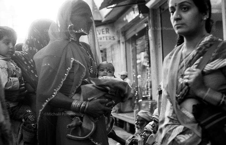 11.2008  Pushkar (Rajasthan)<br /> <br /> Women and child during pilgrimage of kartik purnima.<br /> <br /> Femmes et enfants pendant le p&egrave;lerinage de kartik purnima.
