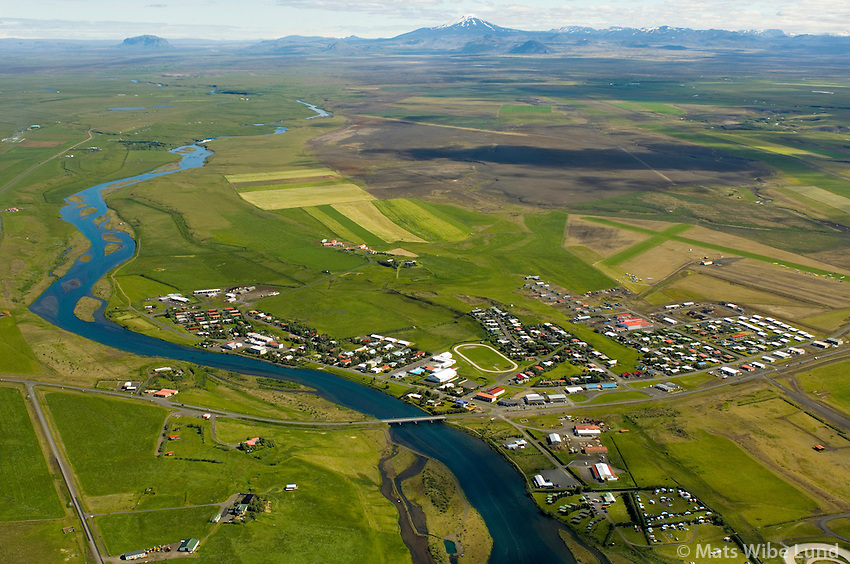 Hella séð til norðurs, Rangárþing ytra. Hekla í bakgrunni. / Hella viewing north, Rangarthing ytra. Hekla in background.