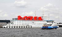 Nederland Amsterdam. Amstel Botel bij de NDSM Werf. Het Botel is een drijvend hotel. In de rode letters op het dak kan ook geslapen worden