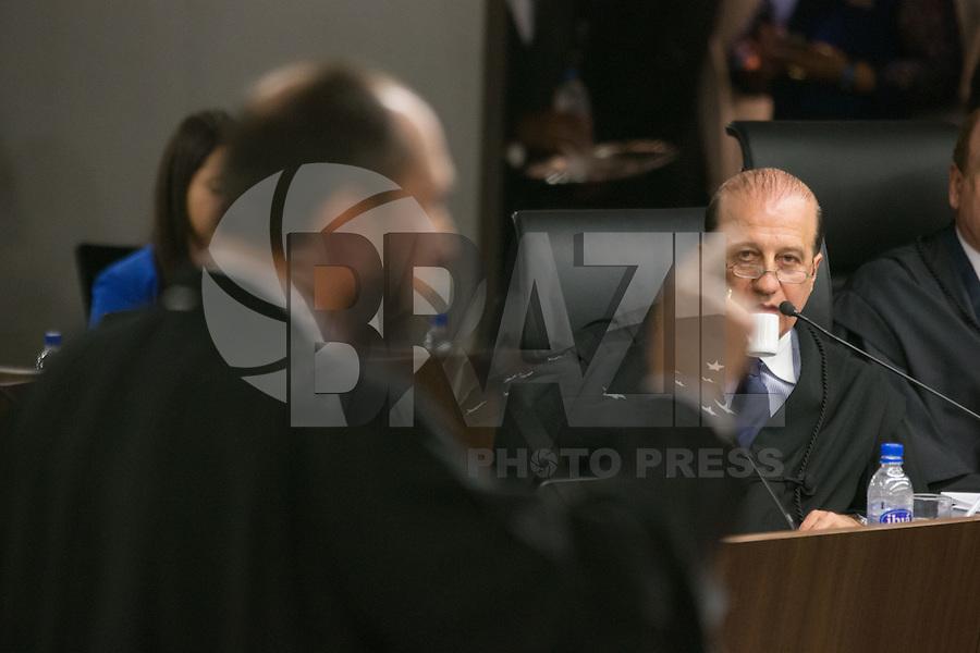 BRASILIA, DF, 07.10.2015 - TCU-CONTAS -  O ministro  Augusto Nardes (D), Nardes é o relator da matéria. Em primeiro plano, o advogado-geral da Uniao, Luis Inacio Adams durante sessão para análise das contas públicas do Governo da presidente Dilma Rousseff de 2014,na sede do Tribunal de Contas da União em Brasilia nesta quarta-feira, 07.(Foto:Ed Ferreira / Brazil Photo Press)