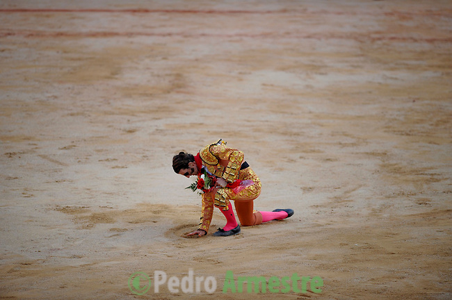 Spanish matador Juan Jose Padilla collect sand during the last corrida of the San Fermin Festival, on July 14, 2012, in the Northern Spanish city of Pamplona. (c) Pedro ARMESTRE